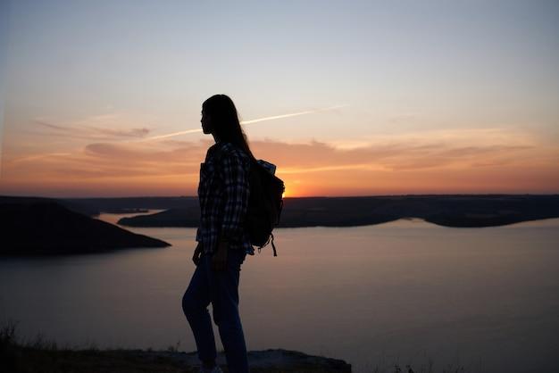 Silhouet van jonge vrouw die zich hoog bij bakota-baai bevindt