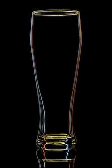 Silhouet van kleurrijk bierglas op zwart