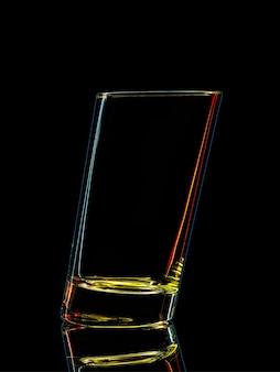 Silhouet van kleurrijk glas voor schot op zwart