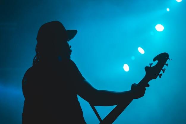 Silhouet van man met gitaar