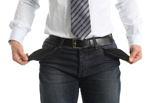 Silhouet van man met lege zakken binnenstebuiten. arme man ondertekent concept