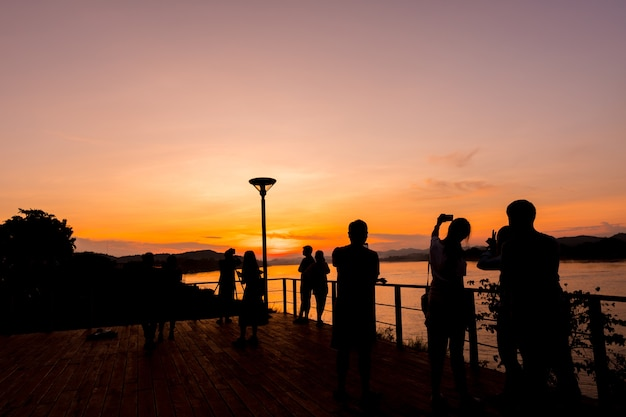 Silhouet van mensen die activiteiten doen bij het toneelgebied