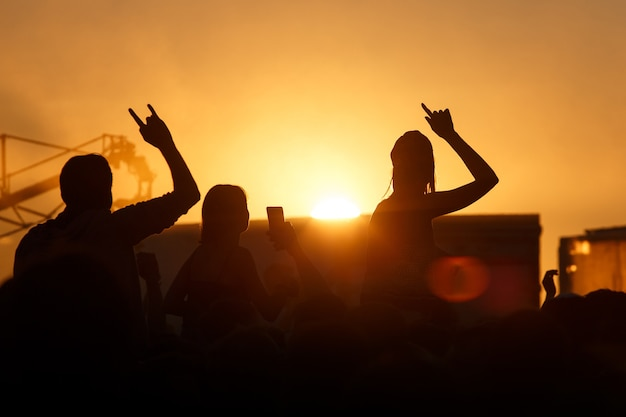 Silhouet van mensen in zonsondergang op vakantie
