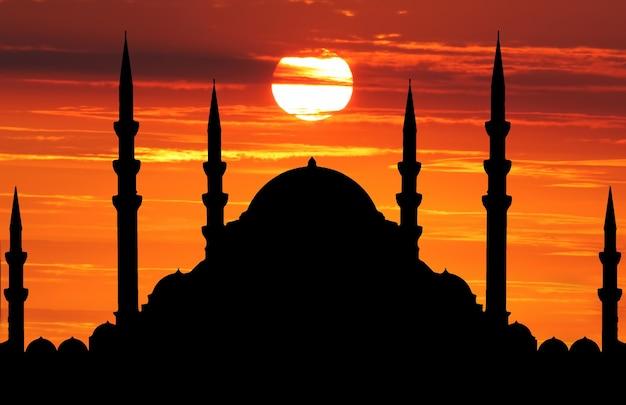 Silhouet van moskee wanneer de zon ondergaat