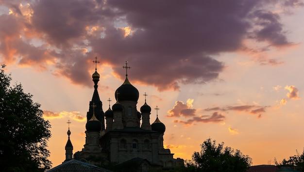 Silhouet van orthodoxie kerk bij zonsondergang architectuur kerk orthodoxy
