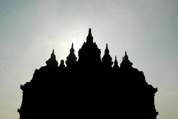 Silhouet van plaosan-tempel met blauwe hemel