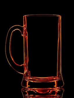 Silhouet van rood bierglas met uitknippad op zwarte achtergrond.