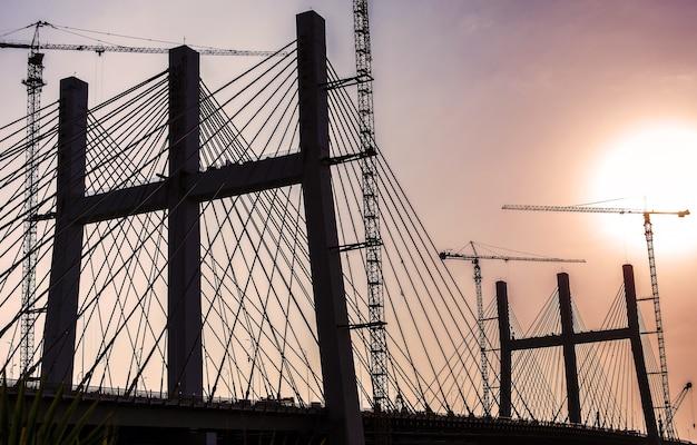 Silhouet van 's werelds breedste al faraj (tahya masr) brug, caïro, egypte