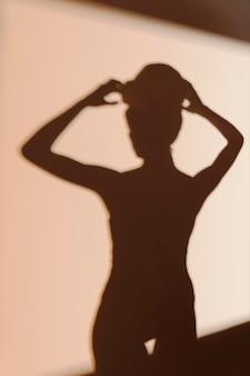 Silhouet van sierlijke vrouw na douche