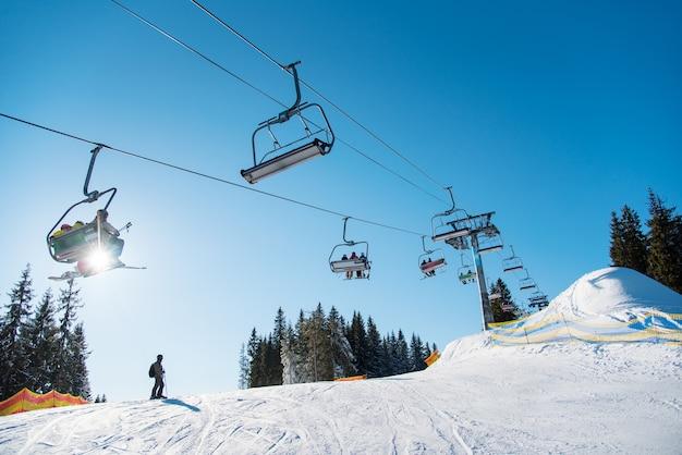 Silhouet van skiër op besneeuwde helling