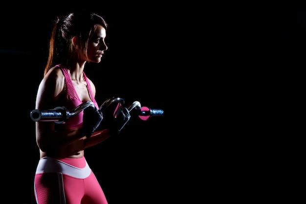 Silhouet van sport jonge meisje training met barbell geïsoleerd