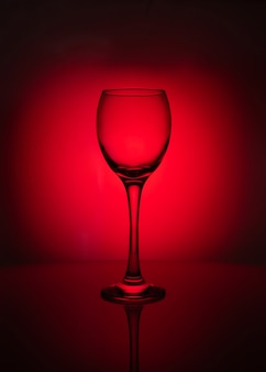 Silhouet van transparant glas op rode achtergrond
