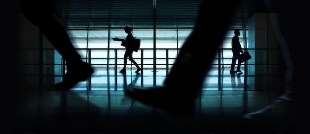Silhouet van wandelende mensen. indoor urban scene. zijaanzicht