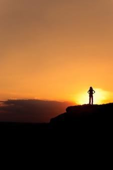 Silhouet van wandelende vrouw met rugzak