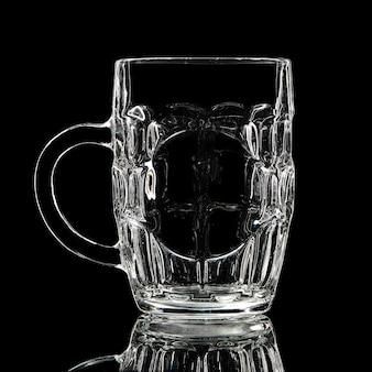Silhouet van witbierglas met uitknippad op zwarte achtergrond.
