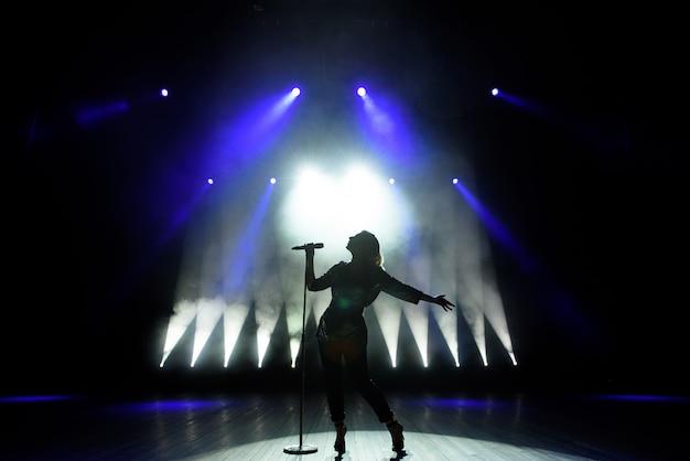 Silhouet van zanger op het podium