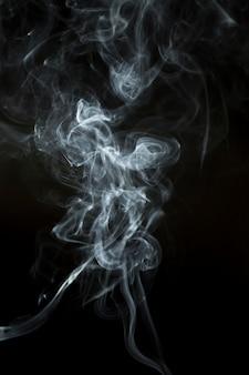 Silhouet van zwarte rook op zwarte achtergrond