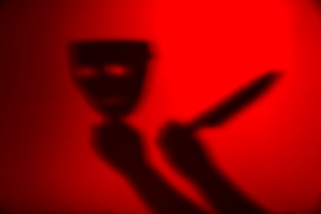 Silhouet vasthoudend masker en mes