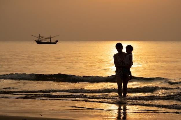 Silhouet weergave van familie nemen een vakantie in de zomer met zee scape