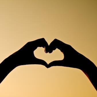Silhouet weerspiegeld menselijke hand valentijn vakantie
