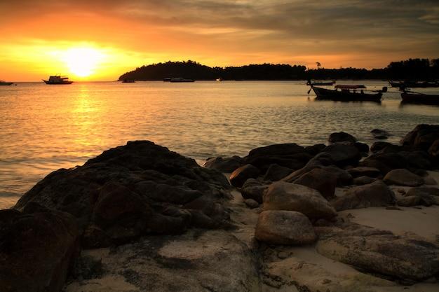 Silhouet zonsondergang zeegezicht in lipe, satun