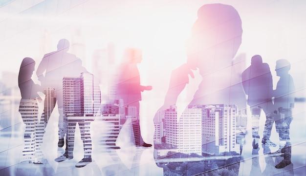 Silhouetbeeld van bedrijfsmensengroep op stadsachtergrond