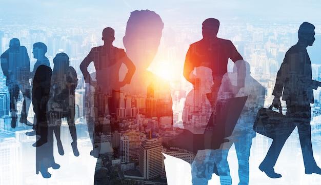 Silhouetbeeld van zakenmensengroep op stadsachtergrond