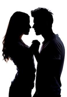 Silhouetteer een gelukkig paar dat elkaar houdt.