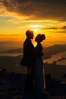 Silhouetten bij zonsondergang op de berg lovcen