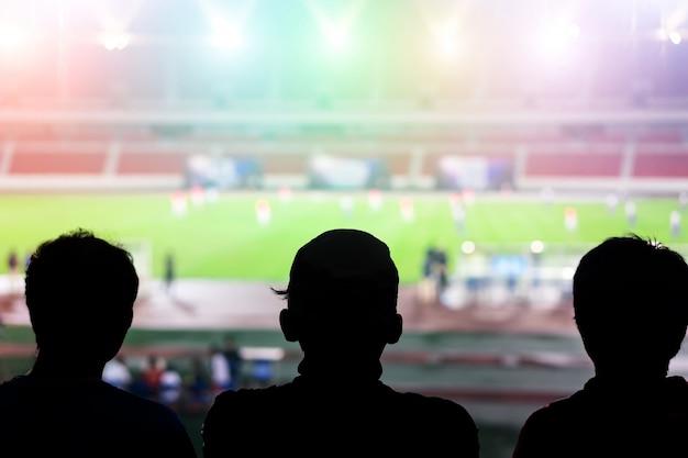 Silhouetten in een voetbalstadion