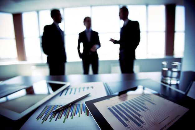 Silhouetten van collega's praten over het bedrijfsleven