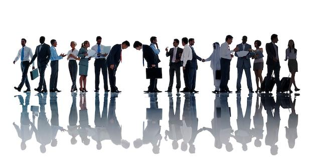 Silhouetten van diverse mensen uit het bedrijfsleven werken