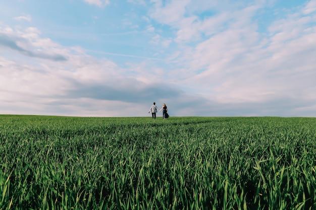 Silhouetten van een liefdevol gelukkig paar in de natuur