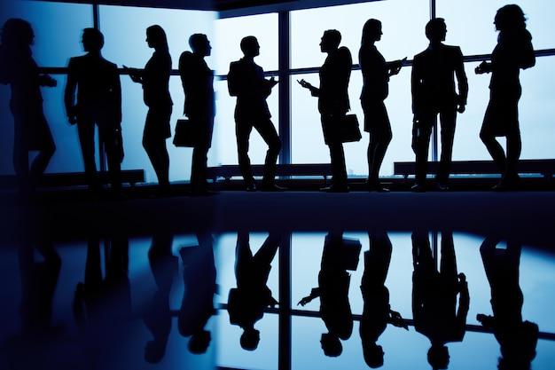 Silhouetten van leidinggevenden verzamelden