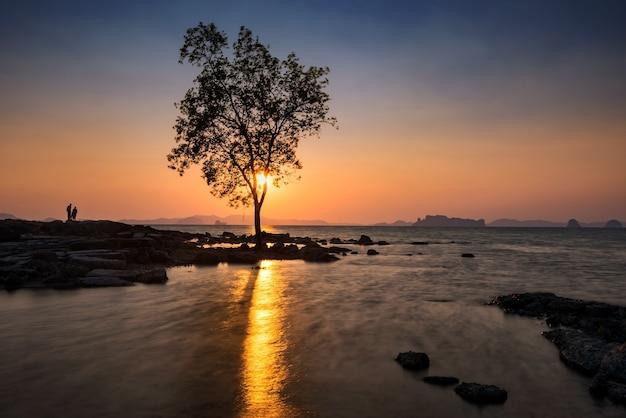 Silhouetten van mensen kijken naar zeegezicht bij zonsondergang van koh kwang eiland h in krabi, thailand