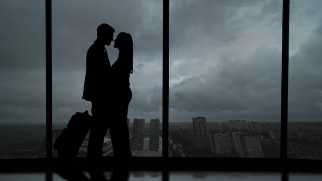 Silhouetten van mensen op een panoramaachtergrond