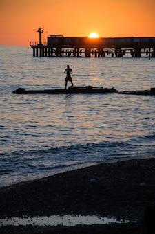 Silhouetten van mensen op het strand