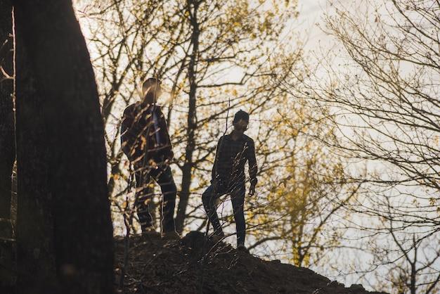 Silhouetten van wandelaars in het bos