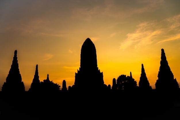 Silhouetvorm van wat chaiwatthanaram een oude tempel in de toeristische attractie van ayudhya thailand