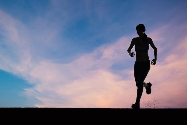 Silhouetvrouw rennen of vrouwelijke hardloper