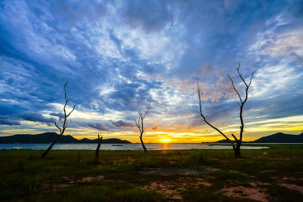 Silhouetzonsondergang bij het reservoir van klappra, sriracha chon buri, thailand
