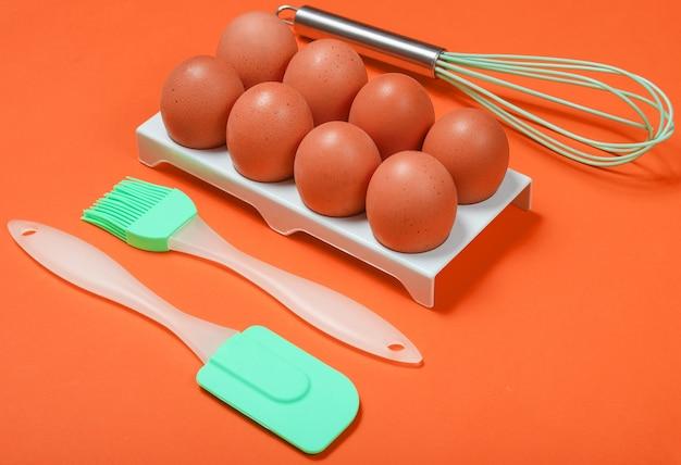 Siliconen keukengereedschap, bakje met eieren als kookconcept