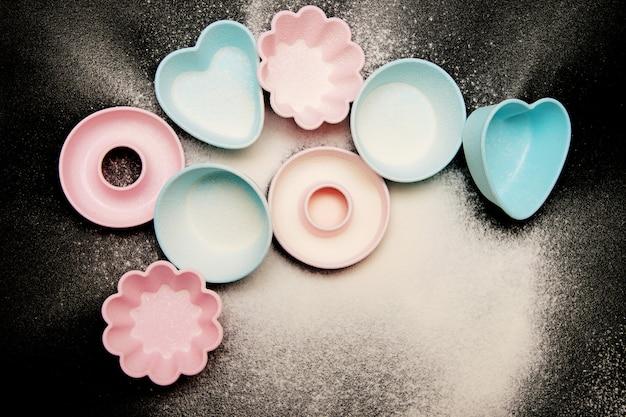 Siliconenvormen voor cupcakes op een zwarte achtergrond