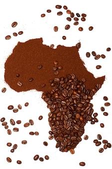 Siluette van het afrikaanse continent gemaakt met koffiebonen