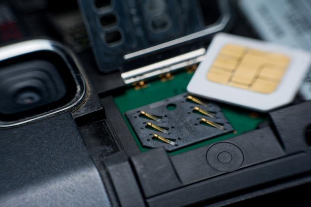 Sim-kaartsleuf / contactdoos in mobiele slimme telefoon dicht omhoog.