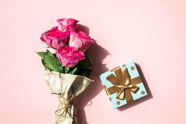 Simplistisch boeket van bloemen en cadeau