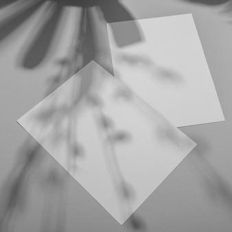 Simplistische brochure-overlay met vegetatieschaduw