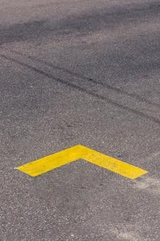 Simplistische gele pijl op straat
