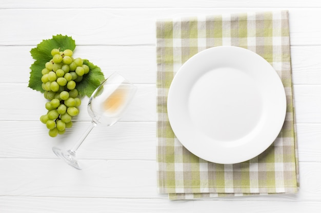 Simplistische witte wijnconceptentafel