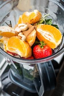 Sinaasappel en aardbei smoothie met cashewnoten